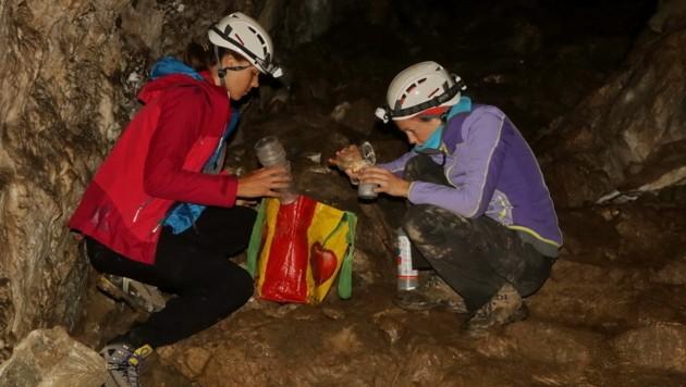 Die beiden Forscherinnen Romana Netzberger und Sandra Aurenhammer wurden in einer Höhle fündig.