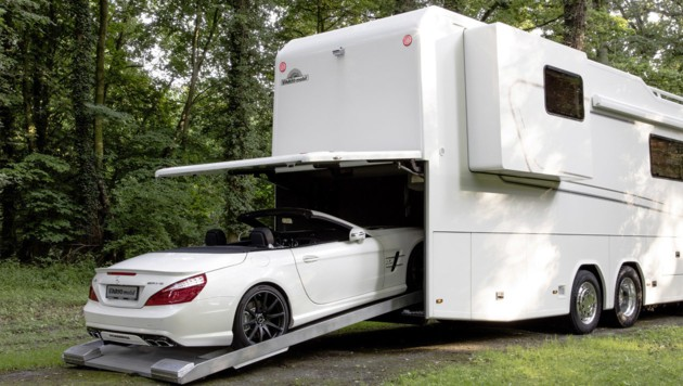 Vario Perfect 1200 Platinum auf Mercedes-Actros-Lkw-Chassis. SL-Roadster in der Heckgarage.