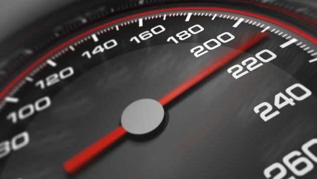 Wer langsamer fährt, kann schneller reagieren. (Bild: photos.com)
