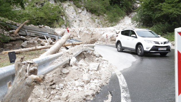 Dienstagfrüh konnte die Lioblpass Straße notdürftig wieder freigegeben werden (Bild: Evelyn Hronek)