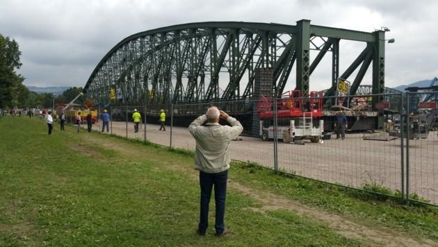Samstag gegen 10.45 Uhr krachte die Eisenbahnbrücke zu Boden.