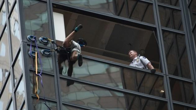 Im 21. Stockwerk war die Klettertour vorbei, Polizisten zerrten den jungen Mann ins Innere.