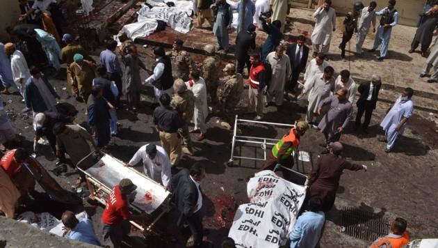Den Einsatzkräften der Rettung bot sich ein grauenhaftes Bild. (Bild: APA/AFP/BANARAS KHAN)