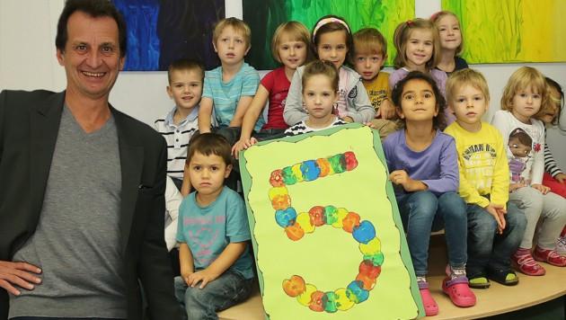 Christian Oxonitsch mit Kindergartenkindern (Bild: Peter Tomschi)
