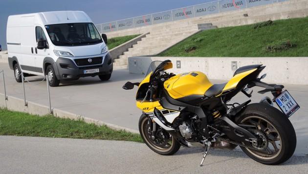 Für die Anreise passt ein Fiat Ducato in neutralem Weiß perfekt.