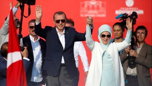 Erdogan mit seiner Frau Emine
