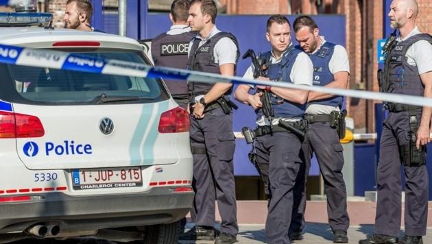 Polizisten sichern den Tatort in Charleroi.