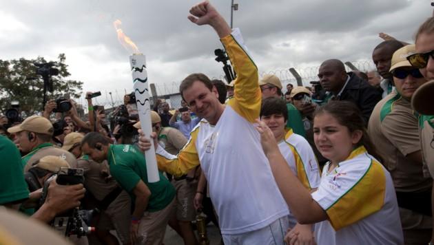 Rios Bürgermeister Eduardo Paes mit der Olympischen Fackel (Bild: Associated Press)