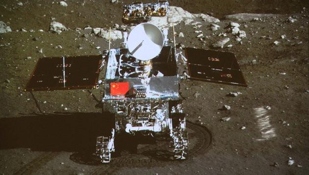 """Der chinesische Rover """"Yutu"""" auf dem Mond"""