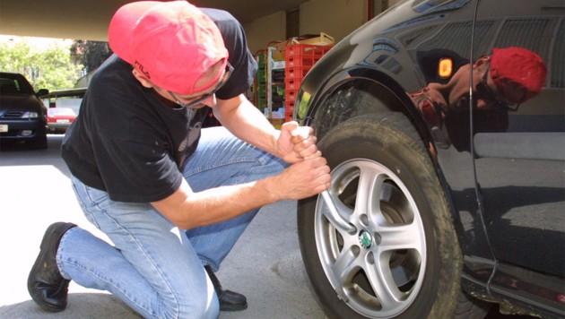 Experten raten, vor dem Wegfahren die Räder am Auto zu kontrollieren. (Bild: Kronen Zeitung)