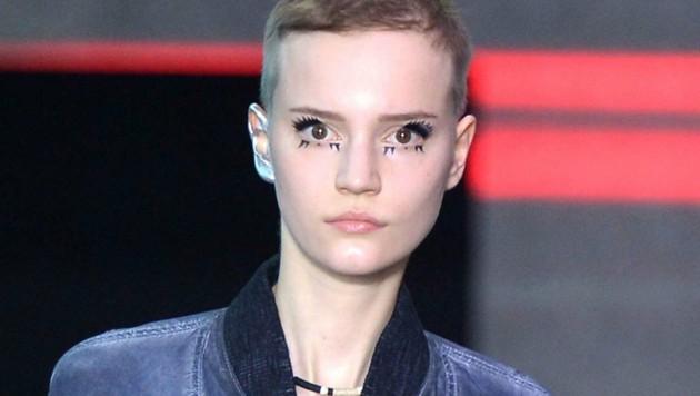 Louis Vuitton schickte seine Models mit einem Glitzer-Ohr auf den Laufsteg.
