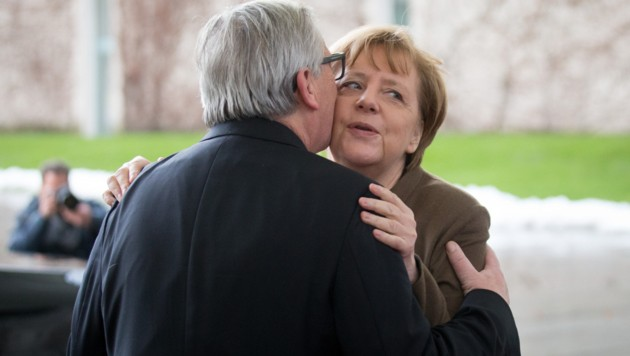 Juncker-Küsschen für Angela Merkel