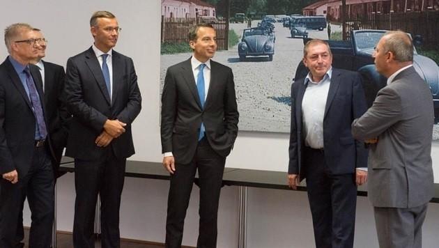 Bundeskanzler Christian Kern (Mitte) zu Besuch in Salzburg bei Bürgermeister Heinz Schaden (2.v.r.)