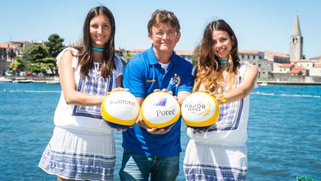 """""""Mr. Beach"""" Hannes Jagerhofer mit seinen Fotogirls beim Poreà10D Major. Nächste Station: Gstaad."""