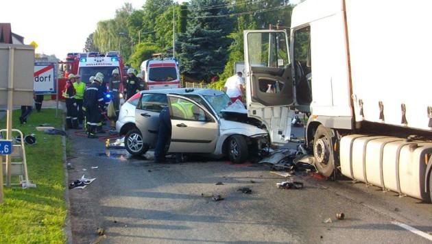 Ein Pkw und ein Lastwagen prallten im Ortsgebiet von Grund auf der B303 frontal zusammen.