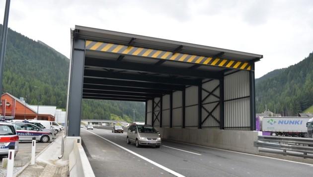 Auf der Autobahn wurde eine überdachte Überwachungsstelle errichtet.