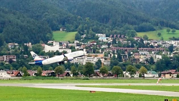 Pünktlich um 11.55 Uhr hob Samstag der Flieger in Richtung Antalya ab. Über 60 Plätze blieben leer. (Bild: Hubert Rauth)