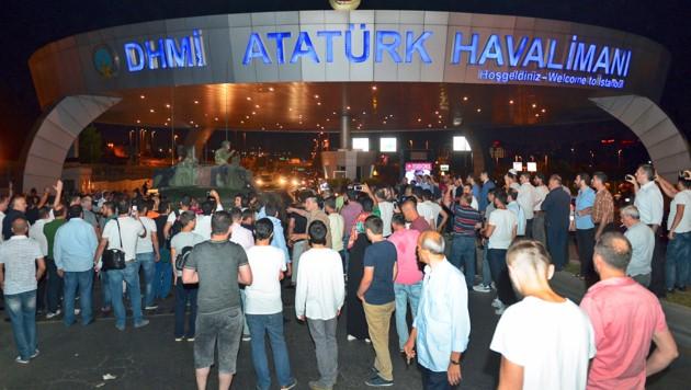 Chaos herrschte am Samstag am Flughafen Ataturk in Istanbul.