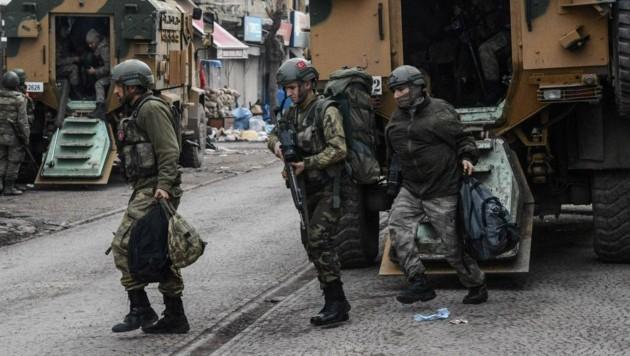 Türkische Soldaten bei einer Militäraktion in der Kurdenstadt Diyarbakir in Südanatolien