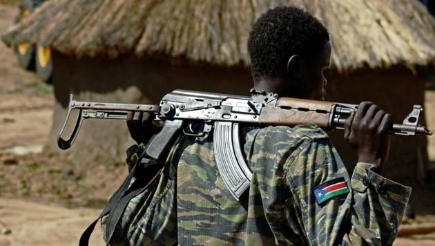 Ein südsudanesischer Soldat in der Nähe der Hauptstadt Juba