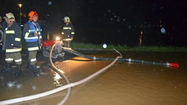 Einsatzkräfte der Feuerwehr während der Abpumparbeiten in Oberösterreich
