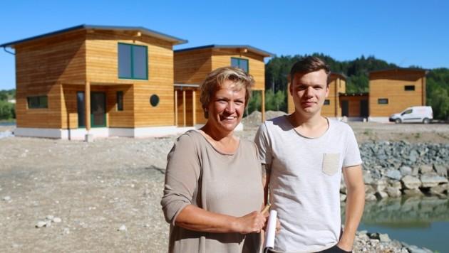 Margot Steffan mit Sohn Christof vor den ersten Hütten.