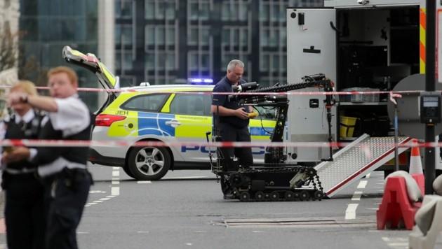 Ein Roboter bei einem Einsatz in London, wo ein verdächtiges Auto auf Sprengstoff untersucht wurde.