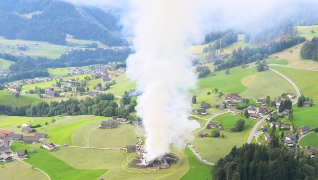 Die Rauchsäule des brennenden Stadels war weithin sichtbar.