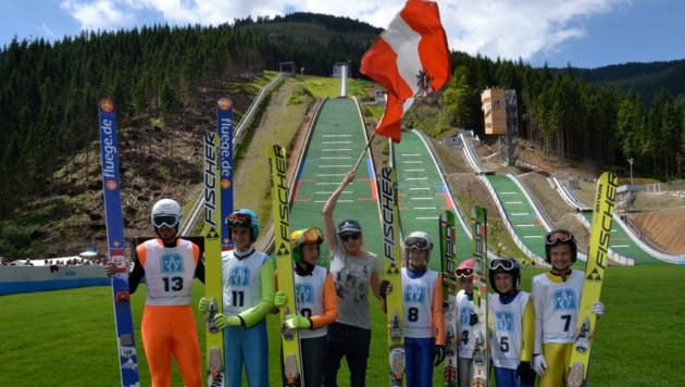 Skispringerin Dani Iraschko (mit Fahne) ließ die Premierenspringer in die Spur.