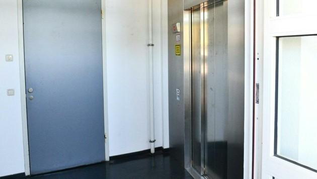 In diesem Lift blieb die Rettungsmannschaft mit dem Patienten stecken. Der 78-Jährige starb.