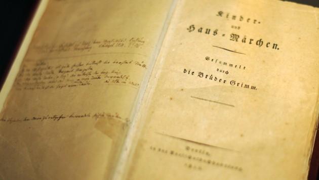 """Band eins der ersten Handausgabe der """"Kinder- und Hausmärchen"""" der Brüder Grimm"""