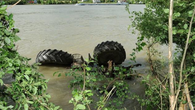 Der versunkene Traktor in der Donau (Bild: Franz Crepaz)