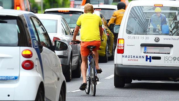 Sie wollen sich nicht mehr zwischen Autos durchquetschen; die Demonstranten verlangen eine Verkehrswende. (Bild: APA/Helmut Fohringer (Symbolbild))