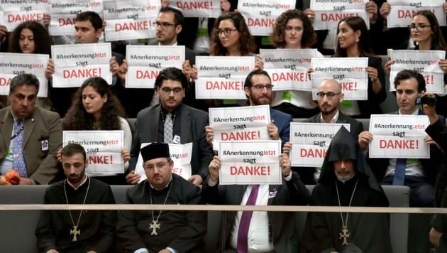 Zuhörer im Deutschen Bundestag bedanken sich für die Verabschiedung der Resolution. (Bild: Associated Press)