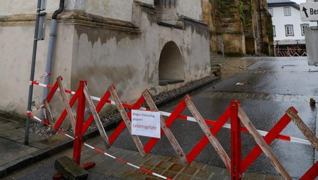 "Vor dem Dom: ""Wegen Steinschlag gesperrt."" (Bild: Gerhard Schiel)"