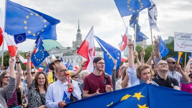 Die Demonstranten schwenkten polnische und EU-Flaggen und forderten einen proeuropäischen Kurs. (Bild: AFP)