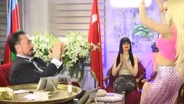 """Sektenführer Adnan Oktar lässt seine """"Kätzchen"""" tanzen. (Bild: YouTube.com/Ismail Muhammed)"""