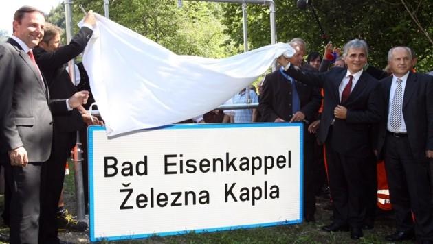 Kanzler Werner Faymann enthüllte am 16. August die zweisprachige Ortstafel in Bad Eisenkappel (Bild: Daniel Raunig)