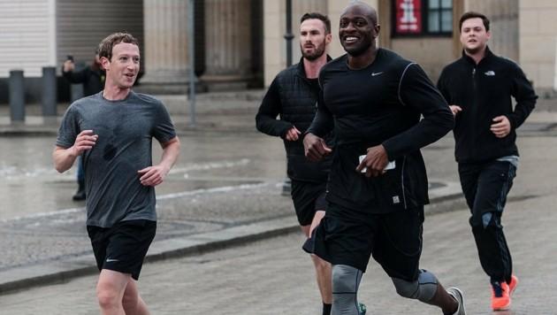 Mark Zuckerberg, flankiert von seinen Bodyguards, beim Joggen in Berlin (Bild: EPA)