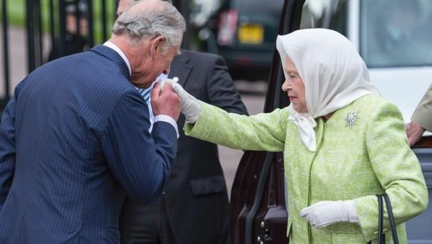 Prinz Charles begrüßte seine Mutter Queen Elizabeth II. mit Handkuss vor dem Festdinner, das er gab. (Bild: AFP or licensors)