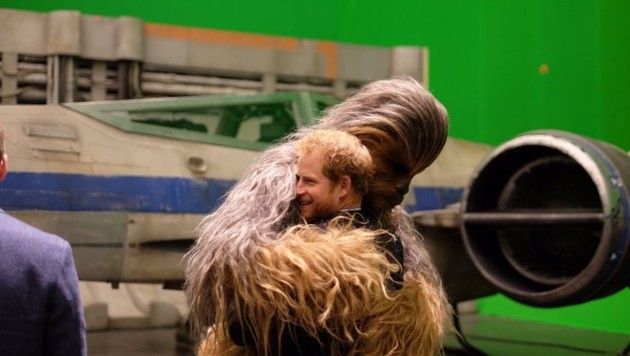 Prinz Harry ging mit Chewbacca auf Tuchfühlung. (Bild: twitter.com/KensingtonRoyal)