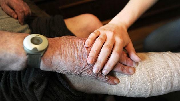 Ein neuer Ausbildungsmix soll die Qualität der Pflege sichern (Bild: APA/BARBARA GINDL)