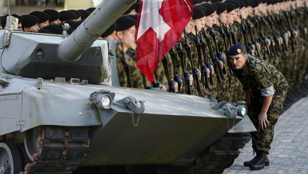 """Das Bild zeigt den Panzer """"Leopard 2"""" der Schweizer Armee. (Bild: AFP, wikipedia.org, thinkstockphotos.de)"""