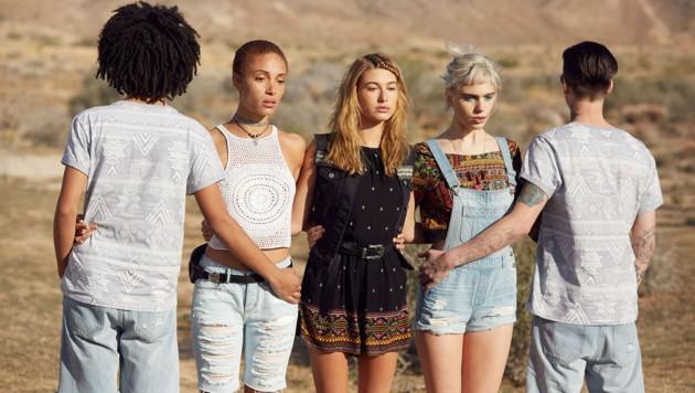 Bunte Muster und Jeans machen den Festival-Look perfekt. (Bild: H&M)