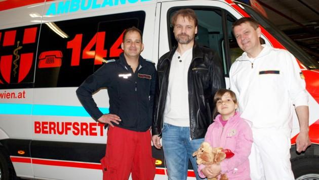 Lisa mit Sanitäter Georg Schrattenbacher, Papa Roland und Notarzt Herbert Heissenberger (Bild: Berufsrettung Wien)