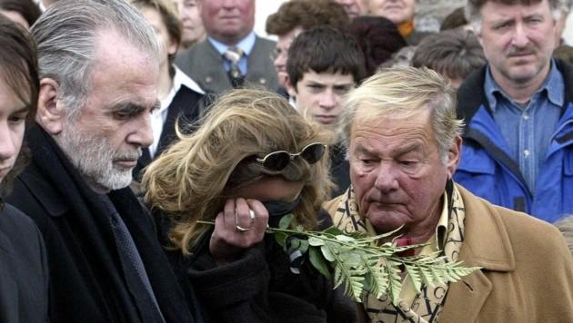 Maximilian Schell und sein Bruder Carl Schell 2005 beim Begräbnis von Schwester Maria Schell. (Bild: APA/GERT EGGENBERGER)