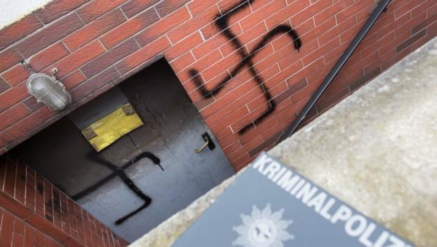 Der Syrer gab auch zu, Hakenkreuze an die Eingangstür und an die Mauer geschmiert zu haben. (Bild: APA/dpa/Frank Rumpenhorst)
