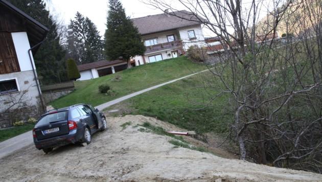 Dieser Skoda rollte von der Garage über die Wiese und stürzte dann die Böschung hinab. (Bild: Uta Rojsek-Wiedergut)