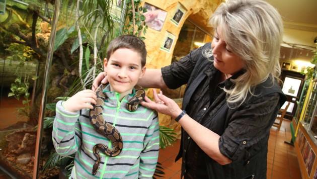 Helga Happ mit einem mutigen Besucher im Zoo: Jure (6)kam mit seiner Familie aus Laibach.