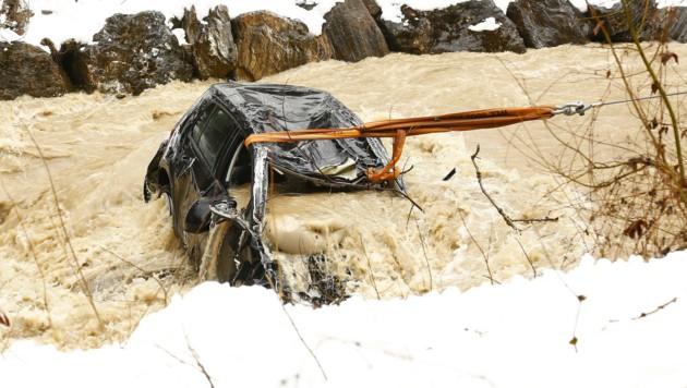Der Wagen konnte aus dem reißenden Bach gezogen werden.
